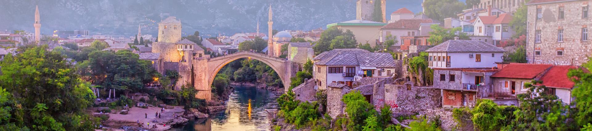 Piękny widok na miasto nad rzeką