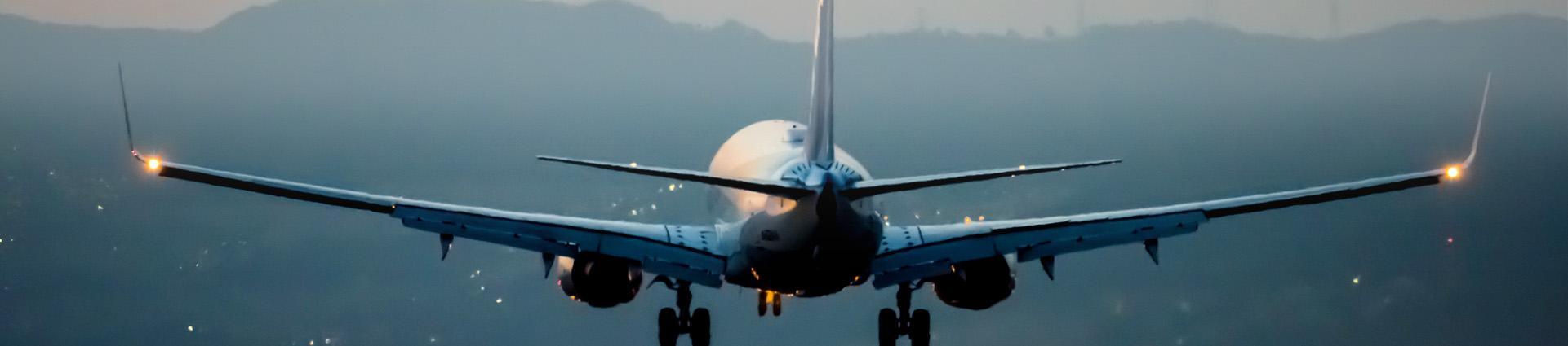 Samolot na niebieskim tle